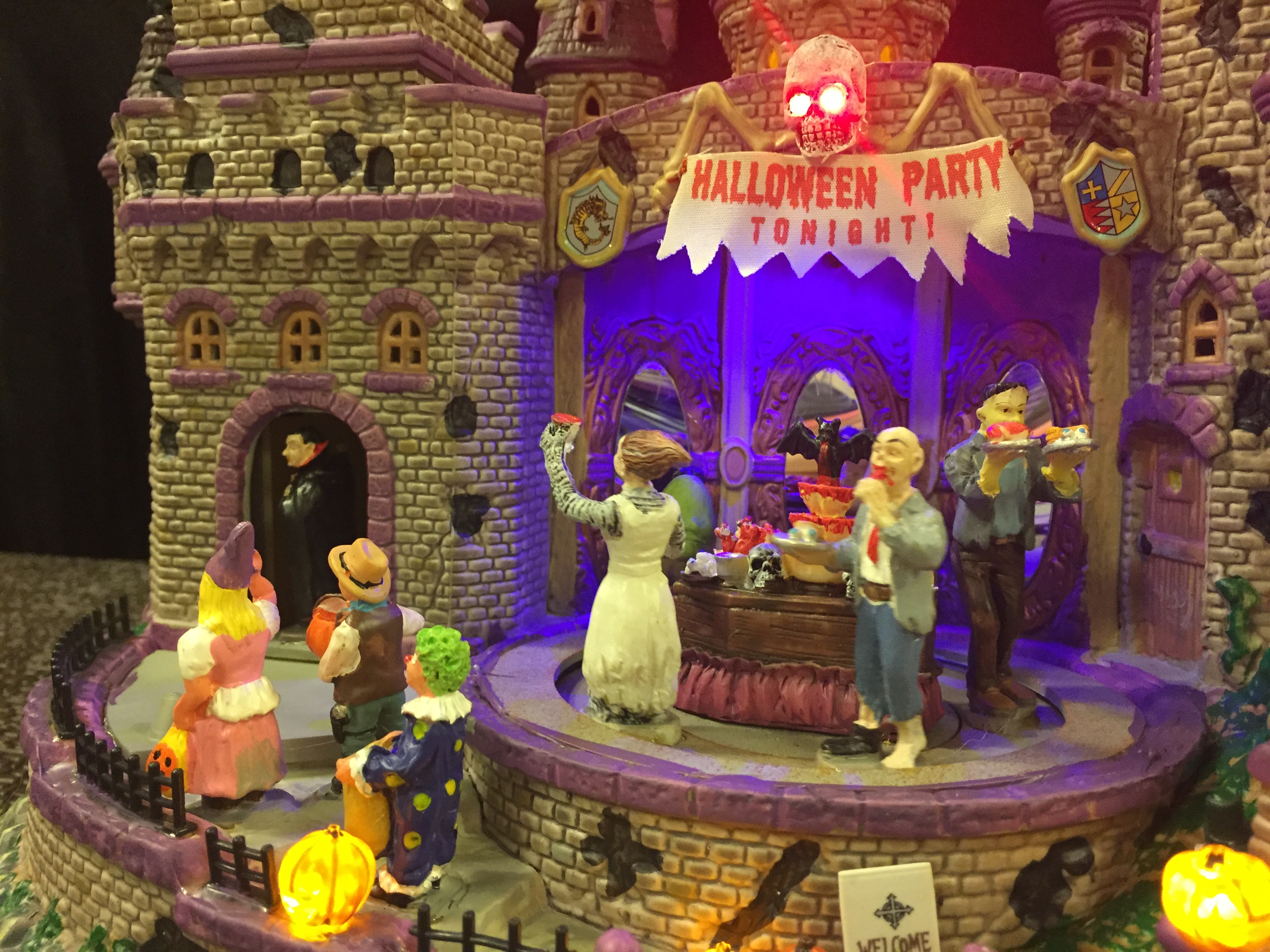 Review – Lemax Halloween Party – SpookyVillages.com